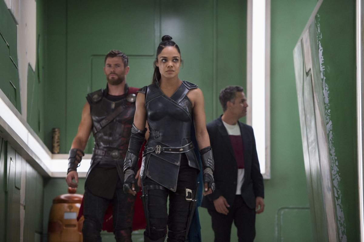 Marvel Studios' THOR: RAGNAROKL to R: Thor (Chris Hemsworth), Valkyrie (Tessa Thompson) and Bruce Banner/Hulk (Mark Ruffalo)Ph: Jasin Boland©Marvel Studios 2017